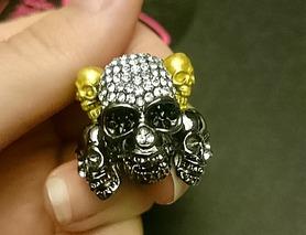 Круте кільце - черепа, золото та стрази