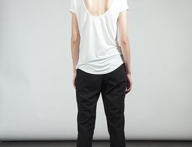 Біла футболка з вирізом на спині