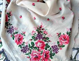 Бабина хустка, троянди на білому фоні
