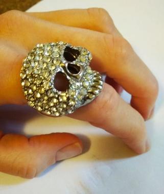 крупное массивное кольцо бижутерия в форме черепа со стразами